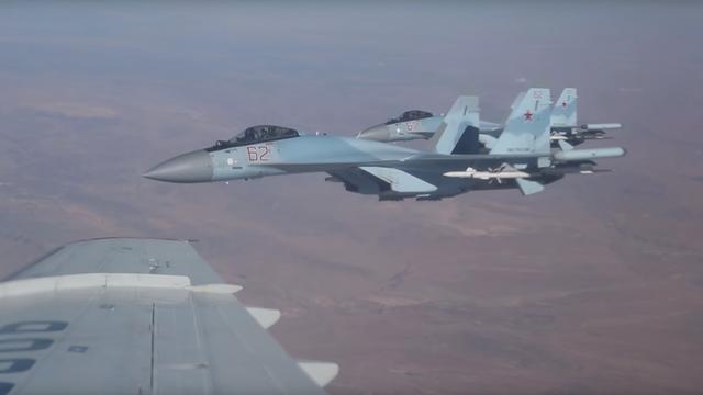 Cận cảnh Su-35 huyền thoại của Nga sải cánh trên bầu trời Syria - 1