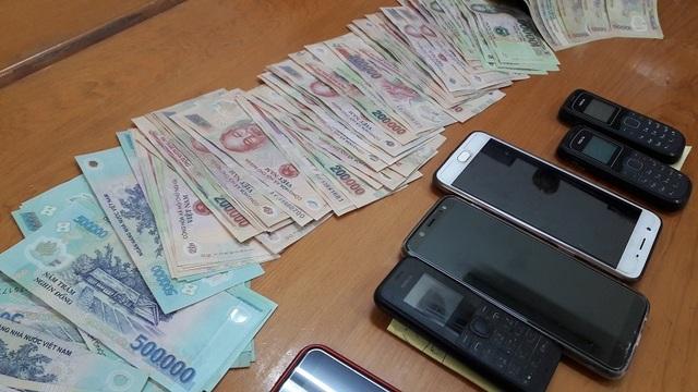 Nữ chủ nhà cùng 9 người bị bắt vì tham gia đánh bạc - 3