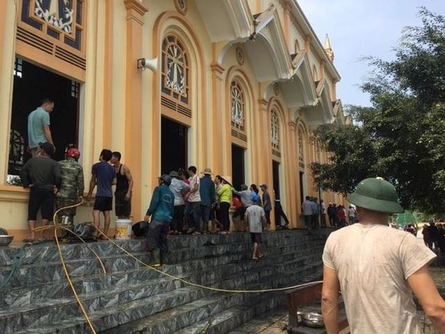 Hàng trăm người dập đám cháy lớn cứu nhà thờ - 1