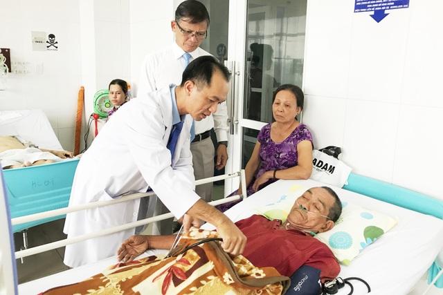 Các BS đang điều trị cho bệnh nhân Hái.JPG