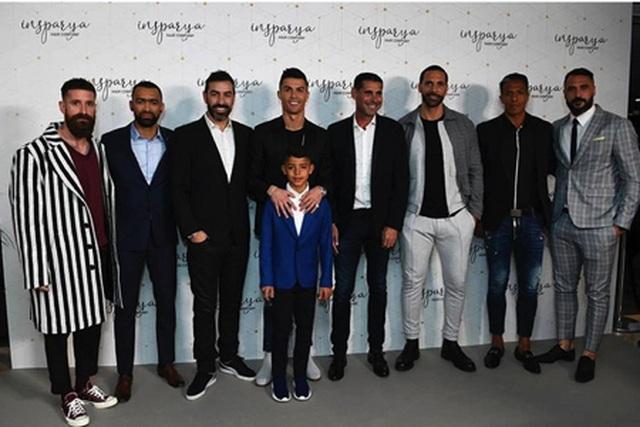 C.Ronaldo đẹp trai rạng ngời trong ngày khai trương cơ sở làm tóc - 1