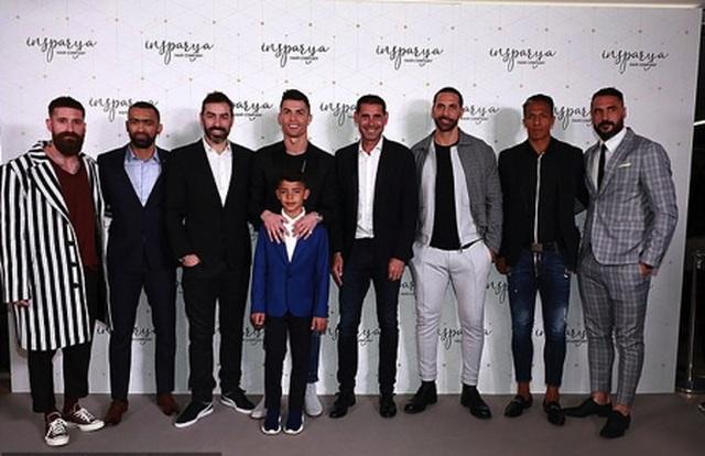 C.Ronaldo đẹp trai rạng ngời trong ngày khai trương cơ sở làm tóc - 2