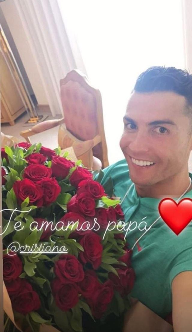 C.Ronaldo đẹp trai rạng ngời trong ngày khai trương cơ sở làm tóc - 3