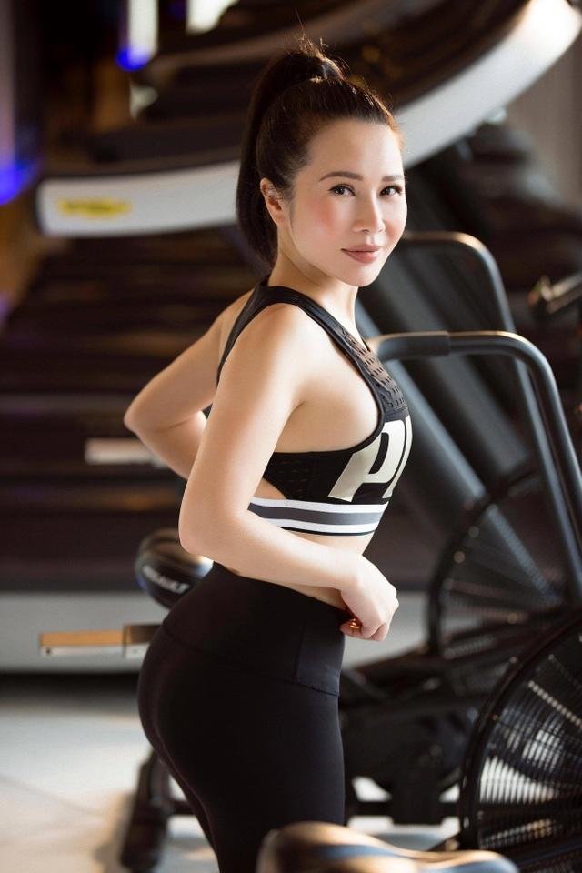Hoa khôi Lan Phương khoe dáng chuẩn trong phòng gym - 1
