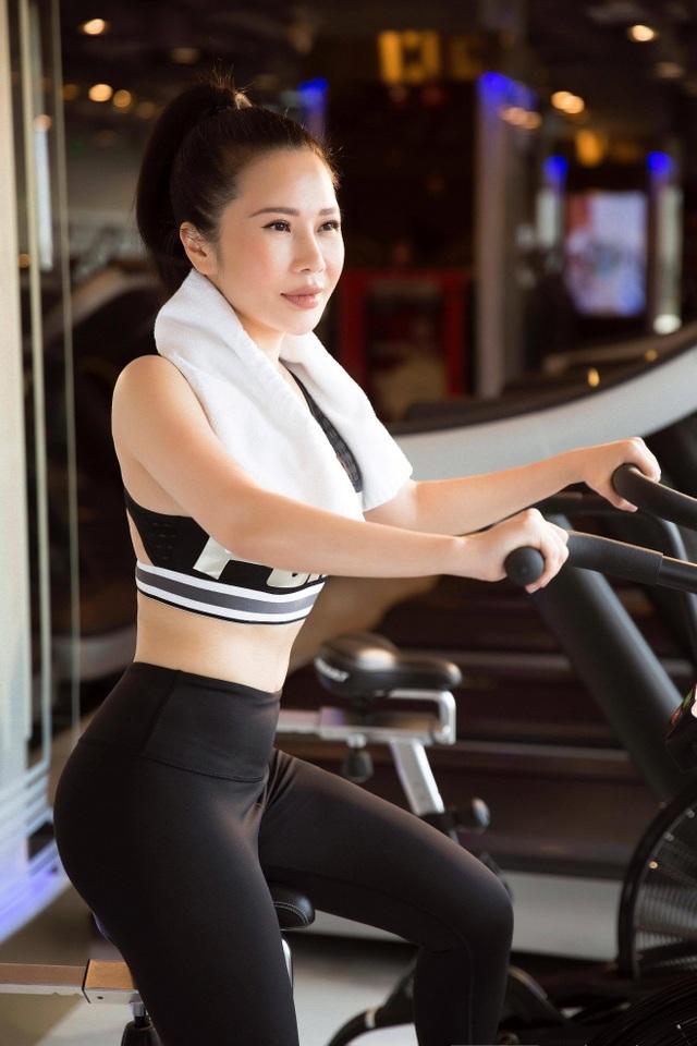 Hoa khôi Lan Phương khoe dáng chuẩn trong phòng gym - 2