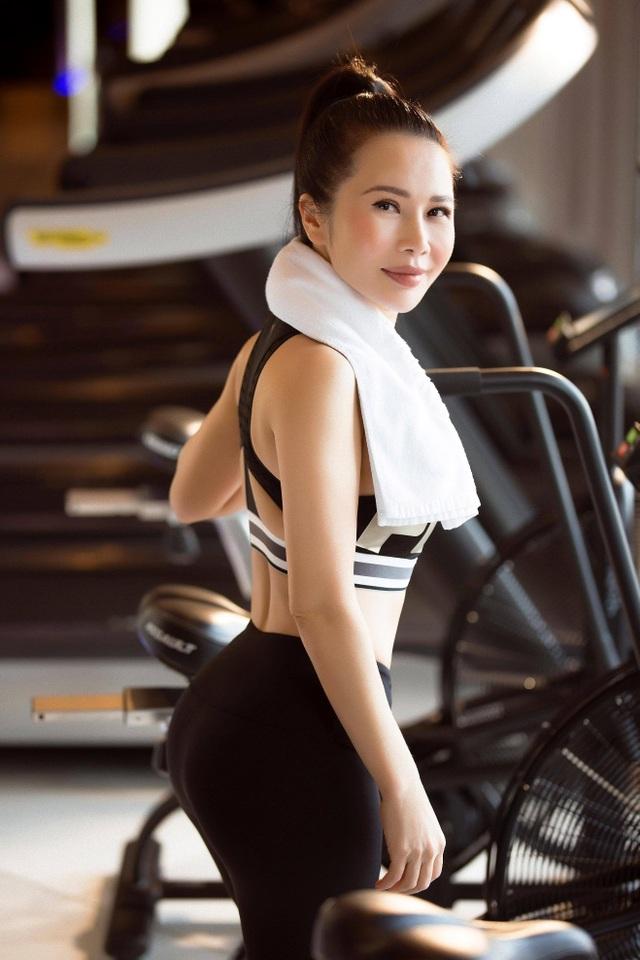 Hoa khôi Lan Phương khoe dáng chuẩn trong phòng gym - 4