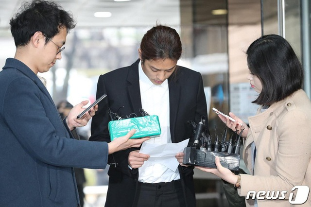 Jung Joon Young cúi đầu xin lỗi và bật khóc khi tới tòa án - 1