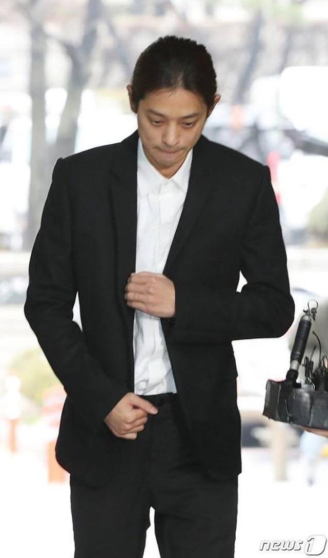 Jung Joon Young cúi đầu xin lỗi và bật khóc khi tới tòa án - 5