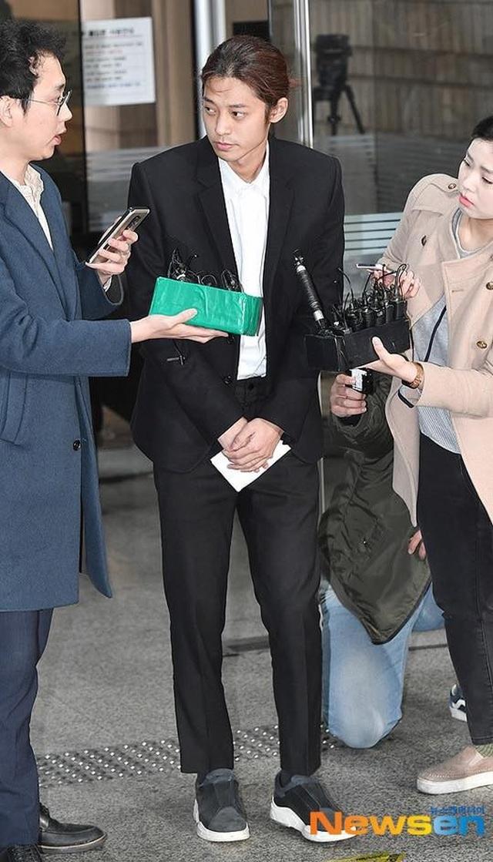 Jung Joon Young cúi đầu xin lỗi và bật khóc khi tới tòa án - 2
