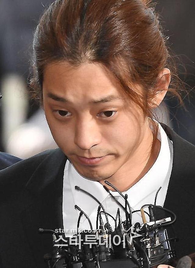 Jung Joon Young cúi đầu xin lỗi và bật khóc khi tới tòa án - 6