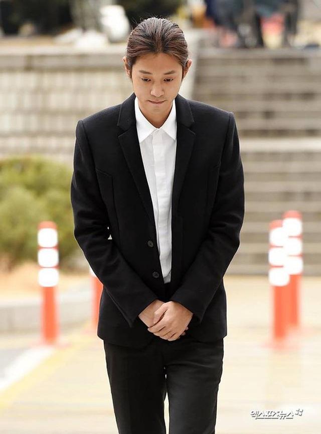 Jung Joon Young cúi đầu xin lỗi và bật khóc khi tới tòa án - 4