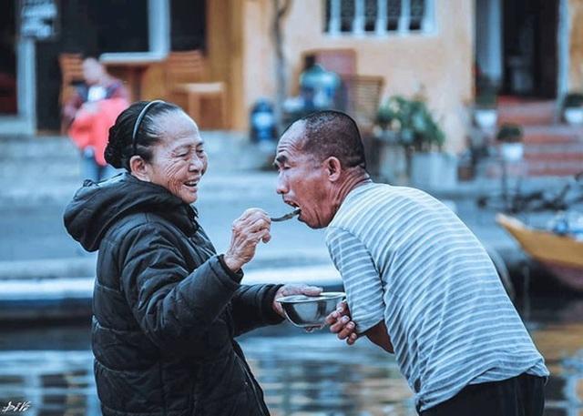 Người mẹ 60 năm chạy theo đút cơm cho con - 1