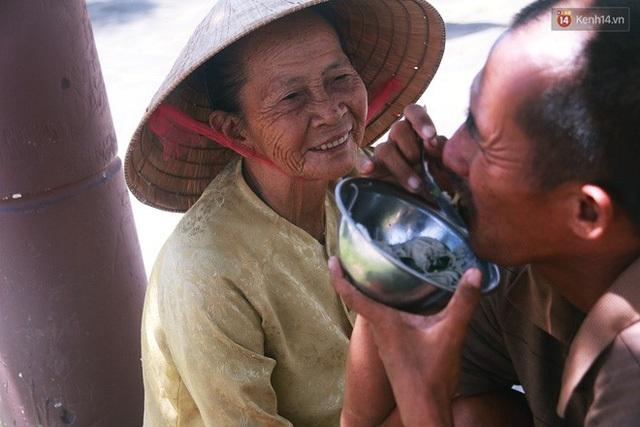Người mẹ 60 năm chạy theo đút cơm cho con - 6