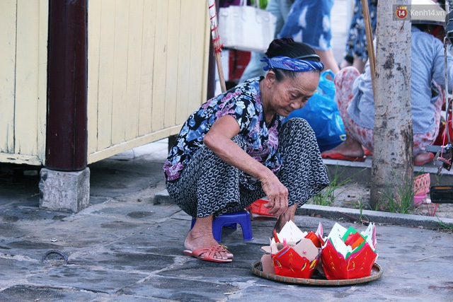 Người mẹ 60 năm chạy theo đút cơm cho con - 8