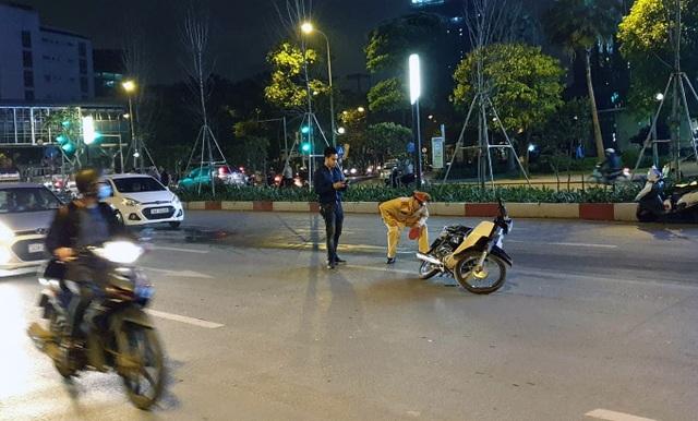 Hà Nội: Va chạm giao thông, tài xế ô tô dùng dao đâm thanh niên đi xe máy - 1