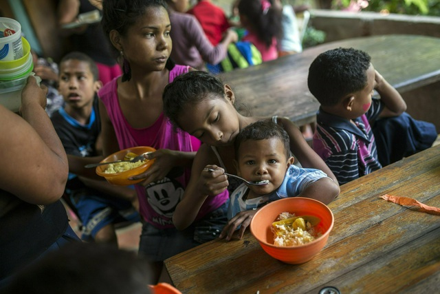 """Cuộc sống """"chạy ăn từng bữa"""" của người Venezuela giữa thời khủng hoảng - 1"""