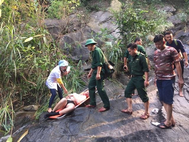 Cứu hộ du khách Anh gặp nạn khi trèo thác ở đèo Hải Vân  - 1