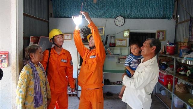 Té nước theo mưa, chủ nhà trọ công nhân chuẩn bị tăng giá điện       - 1