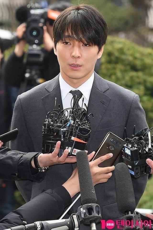 Jung Joon Young bị còng tay và áp giải đến đồn cảnh sát - 7