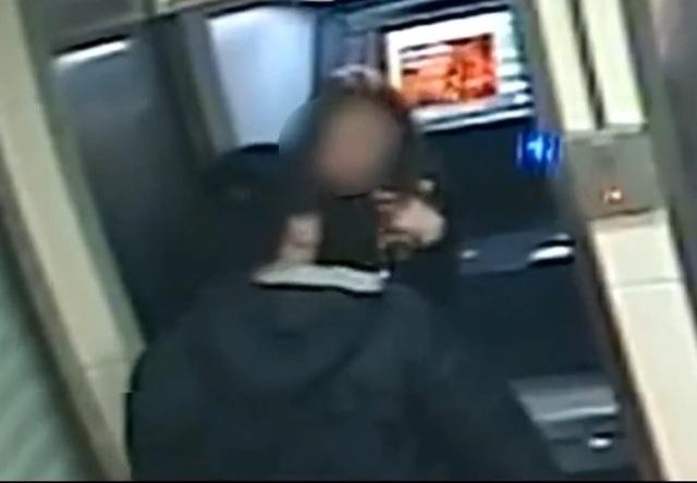 Bi hài tên cướp trả lại tiền sau khi thấy tài khoản nạn nhân không còn đồng nào - 1
