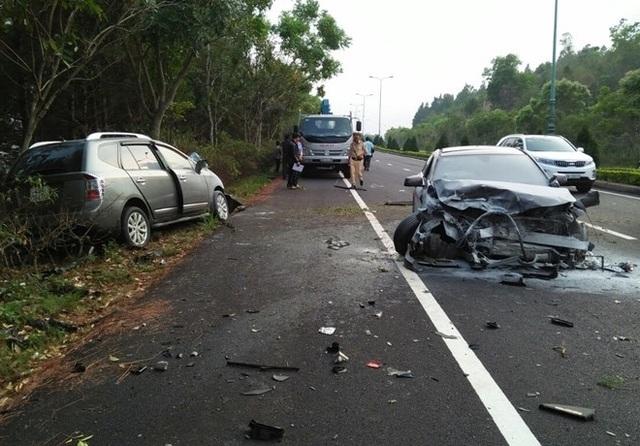 Ô tô mất lái trên cao tốc, lao qua dải phân cách, tông nát xe ngược chiều - 1