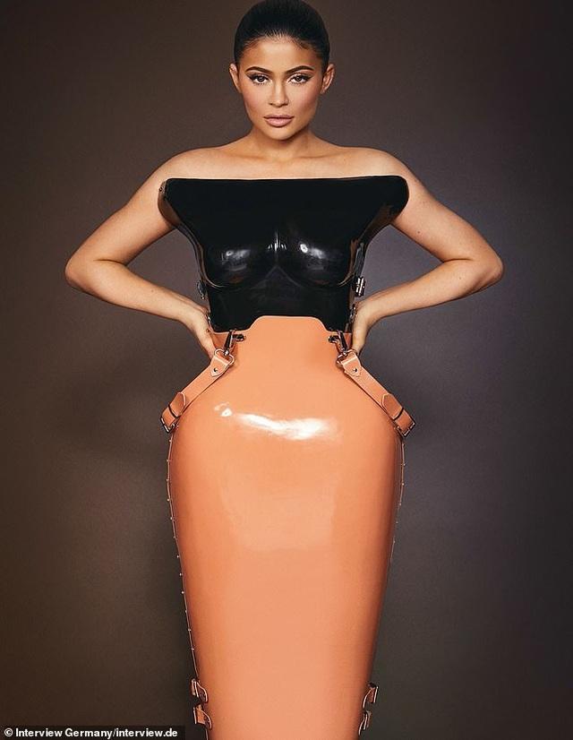 Kylie Jenner ngày càng nóng bỏng - 8