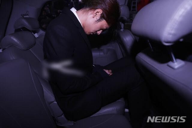 Jung Joon Young bị còng tay và áp giải đến đồn cảnh sát - 5