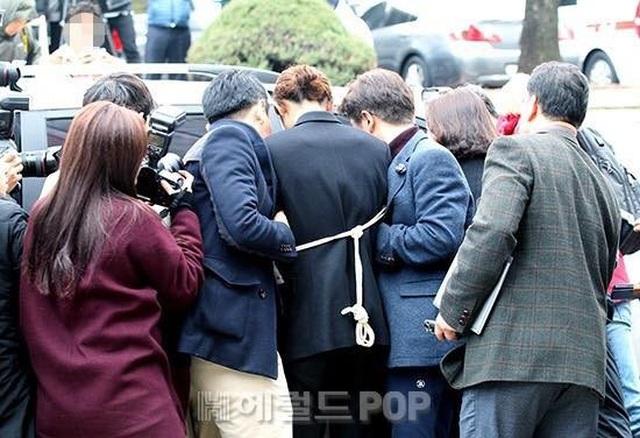 Jung Joon Young bị còng tay và áp giải đến đồn cảnh sát - 3