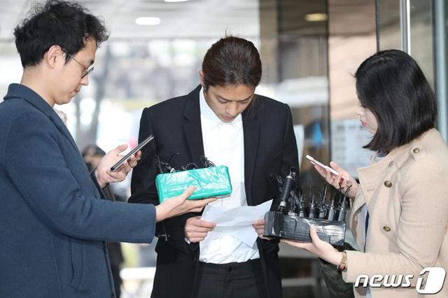 Jung Joon Young bị còng tay và áp giải đến đồn cảnh sát - 6