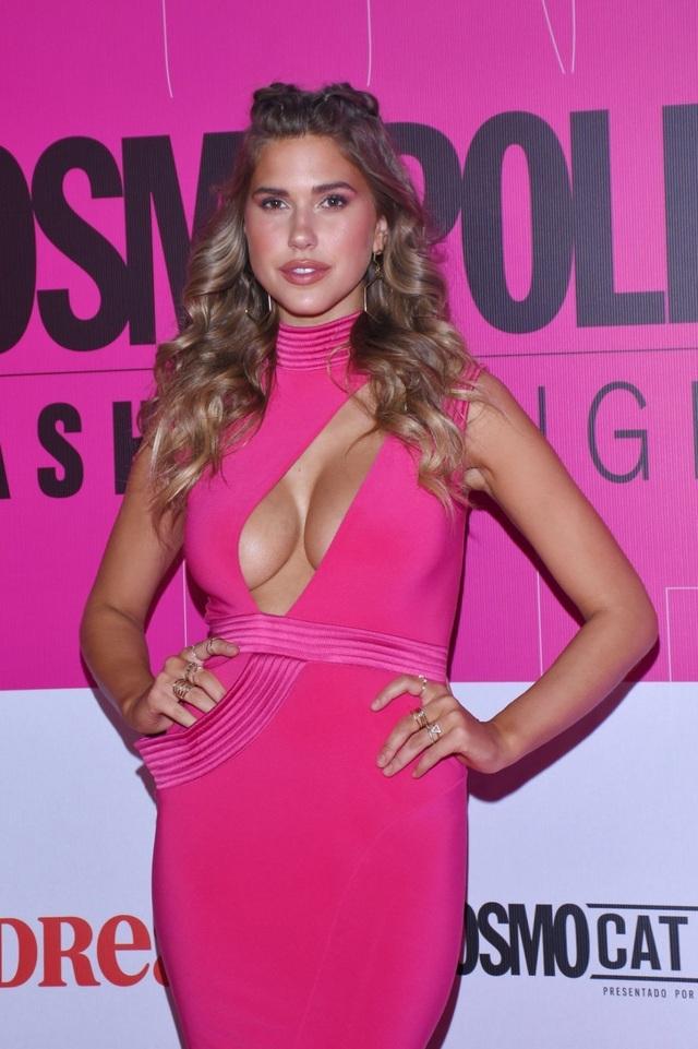 Kara Del Toro diện váy hồng khoe ngực căng tròn - 4