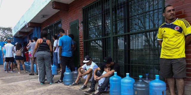 Nền kinh tế kiệt quệ, nước sạch cũng trở nên xa xỉ với người dân Venezuela - 1