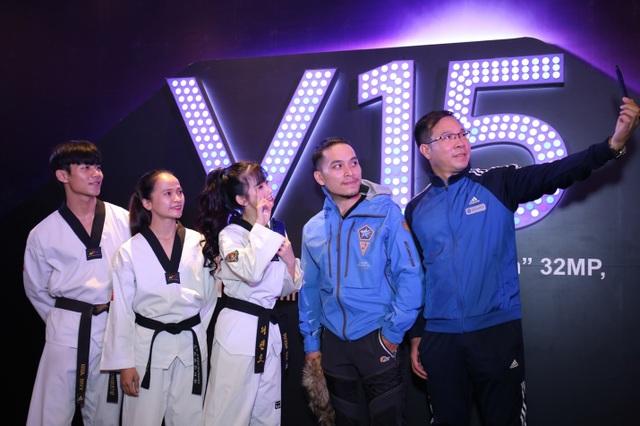 Quang Hải bất ngờ xuất hiện tại sự kiện ra mắt smartphone camera ẩn Vivo V15 - 9