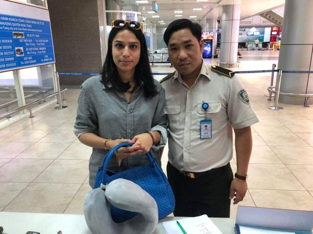 Nhân viên an ninh sân bay trả lại hơn 100 triệu đồng cho khách - 1