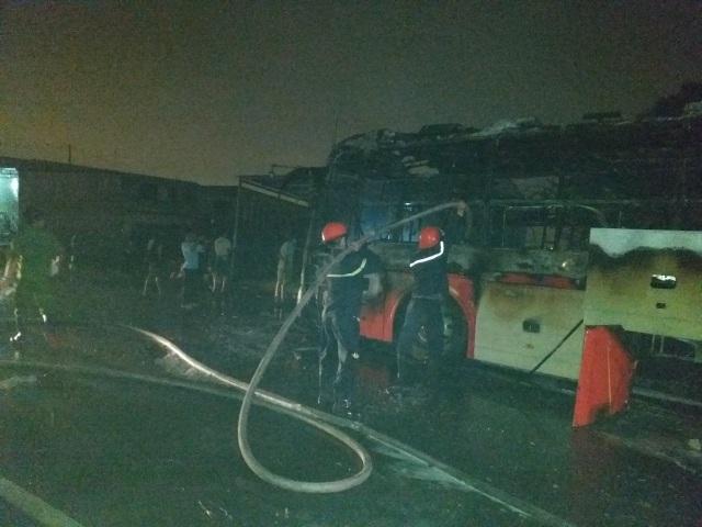 Xe cháy dữ dội lan sang cả nhà dân, 50 hành khách bung cửa tháo chạy - 5