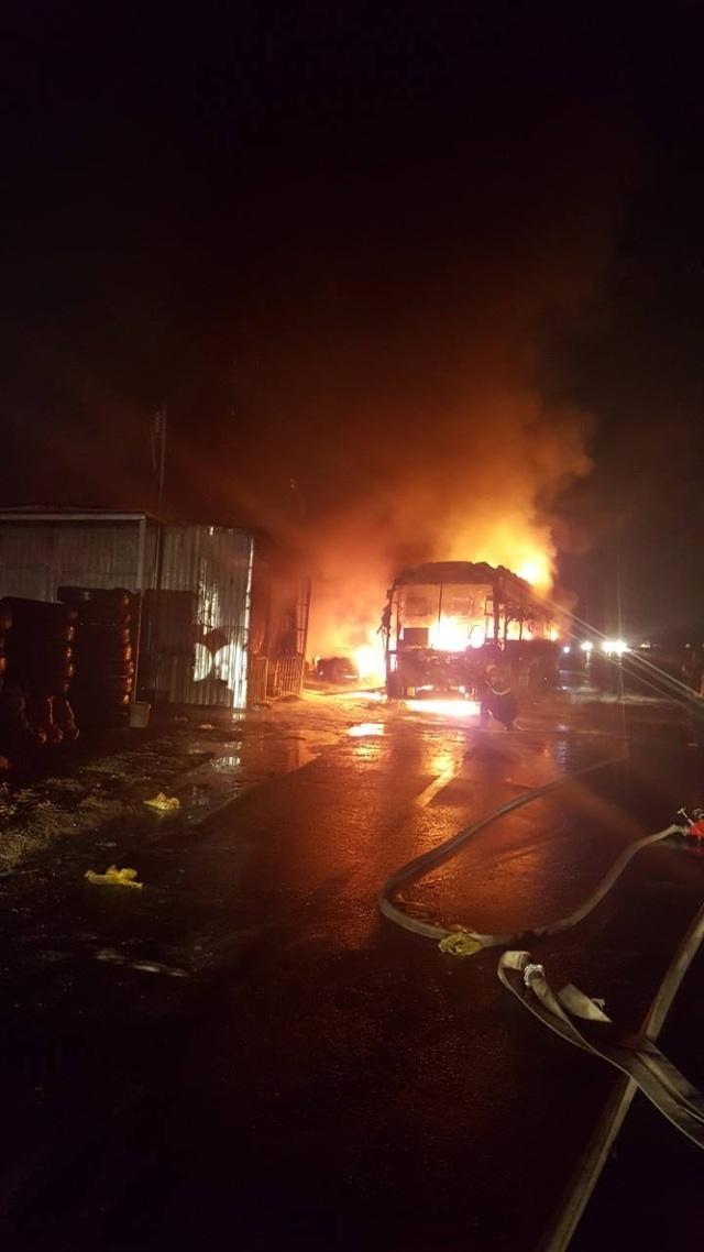 Xe cháy dữ dội lan sang cả nhà dân, 50 hành khách bung cửa tháo chạy - 1