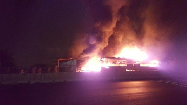 Bình Thuận: Xe cháy dữ dội lan sang cả nhà dân, 50 hành khách bung cửa tháo chạy