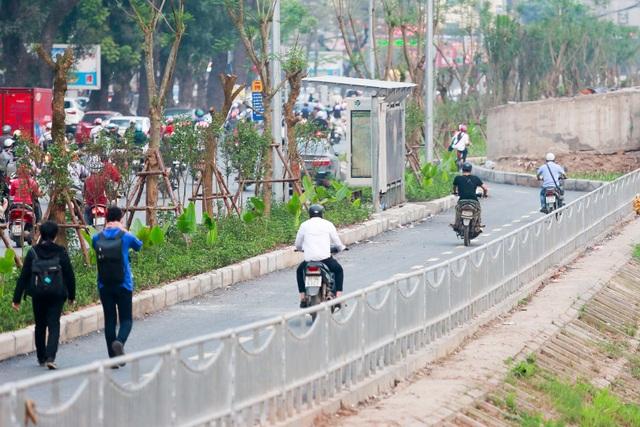 Xe máy lấn chiếm con đường đi bộ dài nhất Thủ đô   - 2