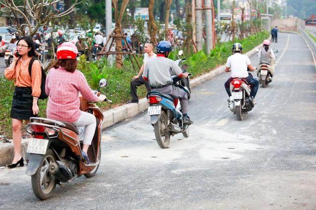 Xe máy lấn chiếm con đường đi bộ dài nhất Thủ đô   - 10
