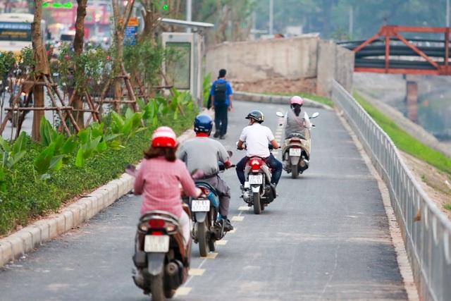 Xe máy lấn chiếm con đường đi bộ dài nhất Thủ đô   - 3