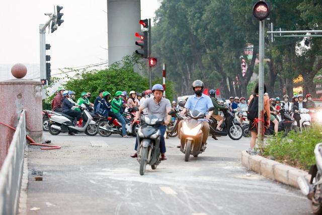 Xe máy lấn chiếm con đường đi bộ dài nhất Thủ đô   - 5