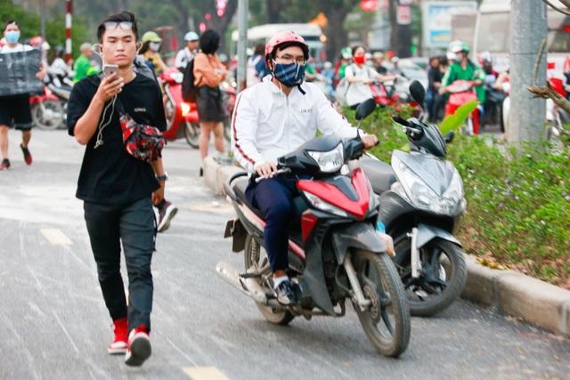 Xe máy lấn chiếm con đường đi bộ dài nhất Thủ đô   - 6