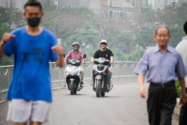 Xe máy lấn chiếm con đường đi bộ dài nhất Thủ đô   - 7