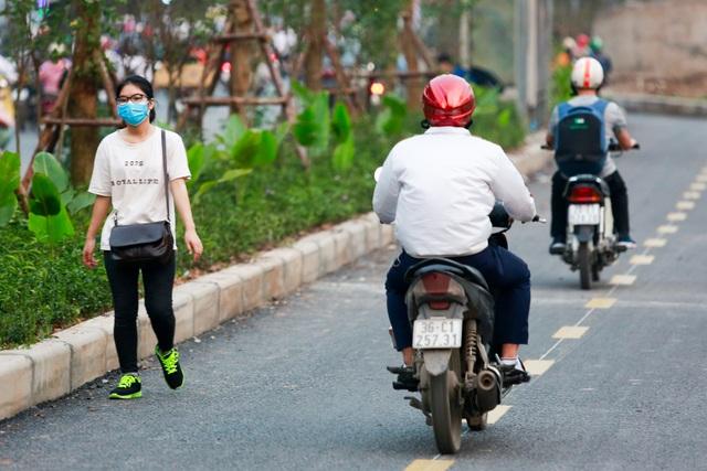 Xe máy lấn chiếm con đường đi bộ dài nhất Thủ đô   - 9