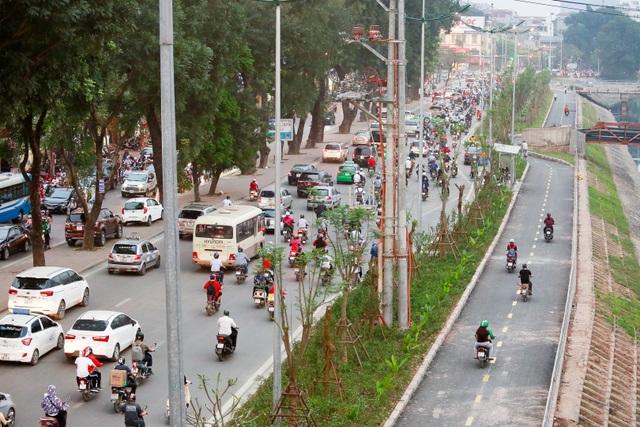 Xe máy lấn chiếm con đường đi bộ dài nhất Thủ đô   - 1