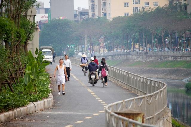Xe máy lấn chiếm con đường đi bộ dài nhất Thủ đô   - 4