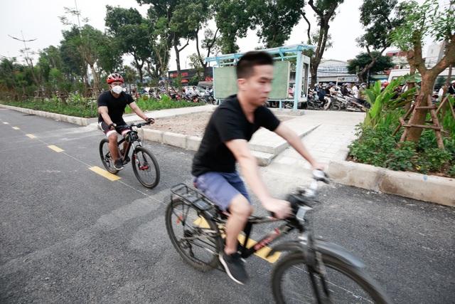 Xe máy lấn chiếm con đường đi bộ dài nhất Thủ đô   - 8