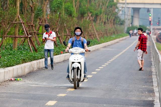 Xe máy lấn chiếm con đường đi bộ dài nhất Thủ đô   - 11