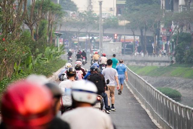 Xe máy lấn chiếm con đường đi bộ dài nhất Thủ đô   - 12