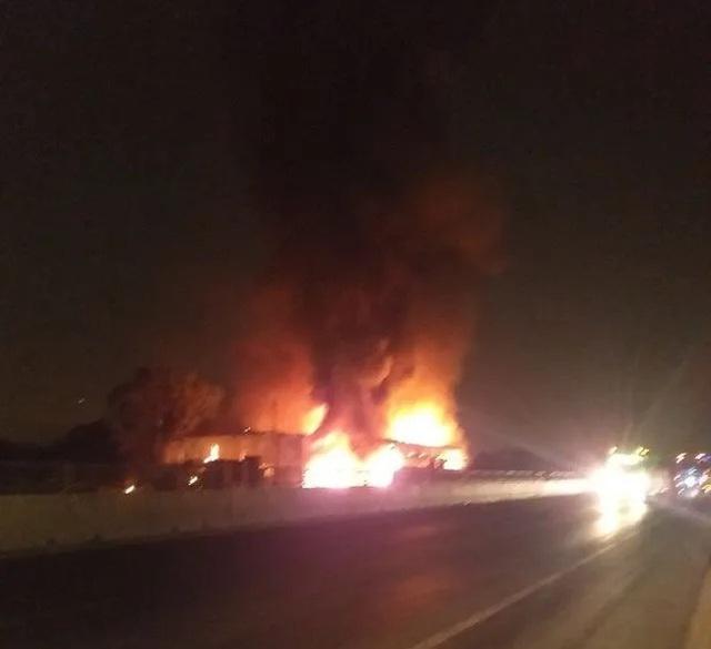 Xe cháy dữ dội lan sang cả nhà dân, 50 hành khách bung cửa tháo chạy - 3
