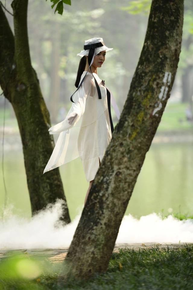 Chiêm ngưỡng lụa tơ tằm cao cấp đắt nhất Bảo Lộc biến hoá trong thời trang Thu - Đông - 4